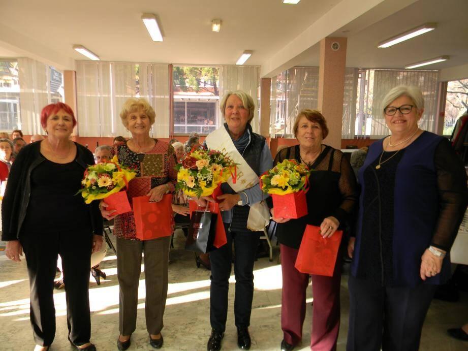 Michèle Audin, Super Mamé 2017, entourée de ses dauphines Marie Rinaldi et Josiane Piot, Marie-Louise Cassar, adjointe au maire (à gauche), et Marie-Jeanne Pujol, présidente du Comité animation Coupiane (à droite).