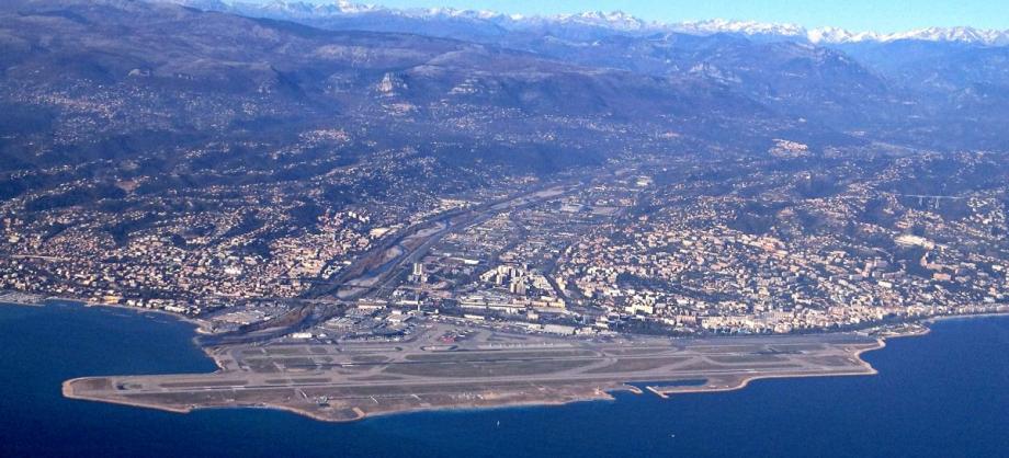 L'aéroport de Nice, au premier plan.