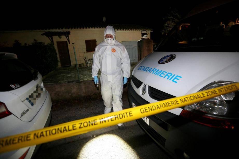 Les enquêteurs et les techniciens en identification criminelle ont passé la journée de dimanche sur les lieux du drame.