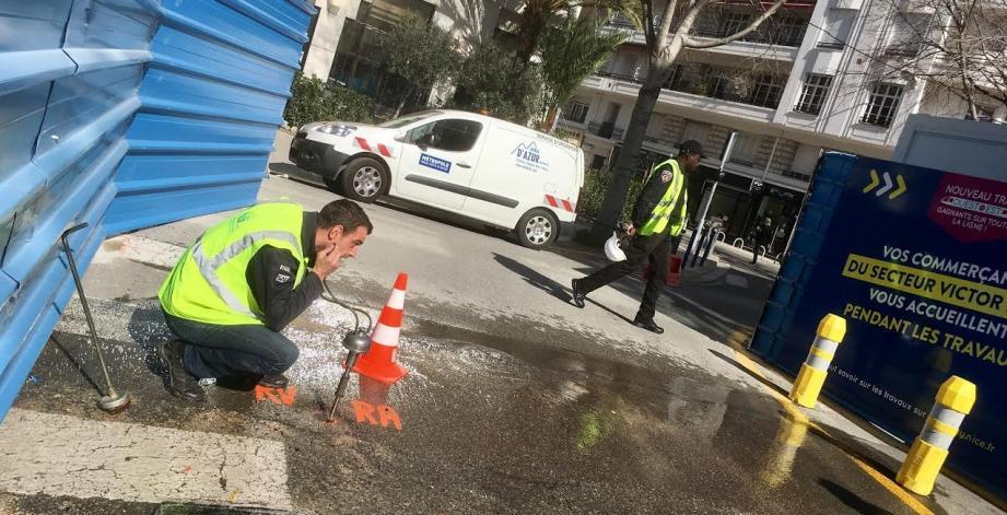Rapidement colmatée, la fuite est survenue ce dimanche matin, boulevard Victor-Hugo, à quelques mètres de l'affaissement, qui s'est lui-même accentué, dû au creusement du tunnel de la ligne Est-Ouest du tram.