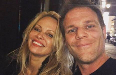 Rémi Gaillard pose avec Pamela Anderson