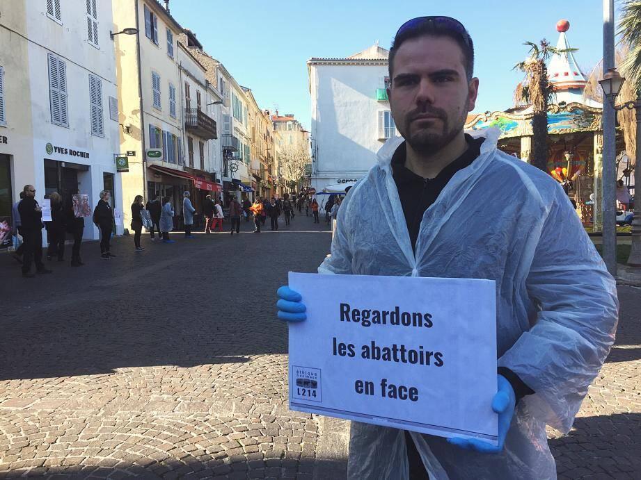 Une trentaine de militants ont investi la place des Martyrs-de-la-Résistance à Antibes.