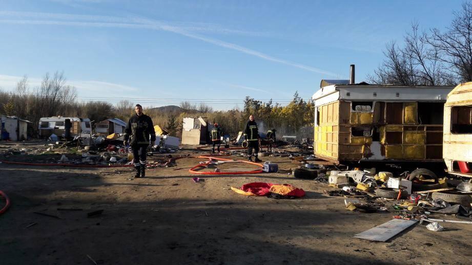 Le camp de Roms incendié.