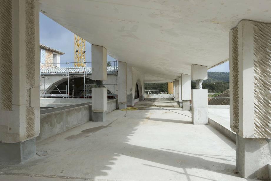 Sur le chantier du centre d'art, les travaux de gros œuvre sont en cours d'achèvement. Un espace d'exposition d'environ 1500 mètres carrés a été creusé sous la bastide, dont les contours ont été conservés.