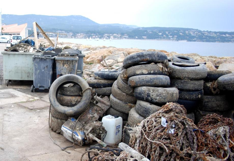 Les déchets repêchés dans le port de Bandol