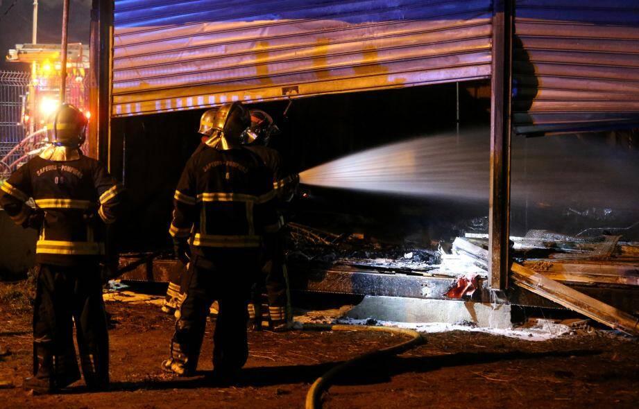 Les sapeurs-pompiers ont eu recours à deux lances pour maîtriser le sinistre, dimanche soir, après le feu d'entrepôt.