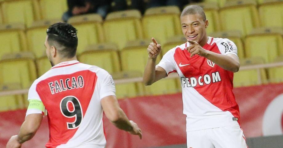 Kylian Mbappé célèbre son but avec Radamel Falcao