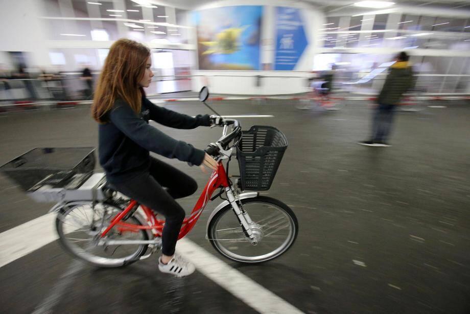 Opération de sensibilisation à la sécurité routiere pour des collégiens au parking du Pré aux Pêcheurs.