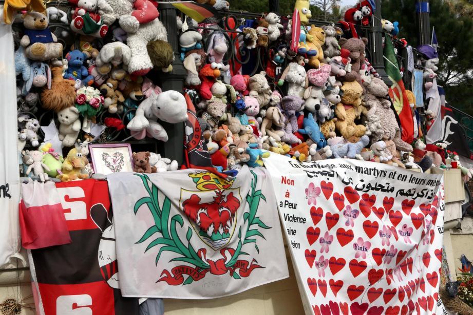 Les hommages aux victimes laissés au jardin Albert 1er après l'attentat de Nice.