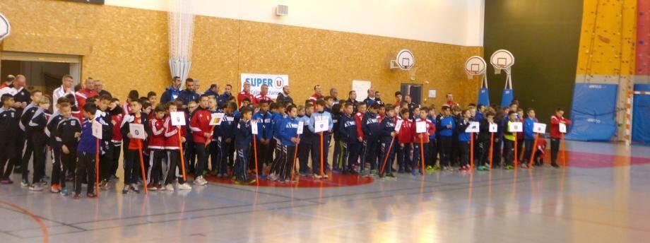 Samedi, lors de la présentation des équipes, les cent quarante enfants et leurs responsables sont prêts à prendre du plaisir dans le respect des règles, des arbitres et des adversaires.
