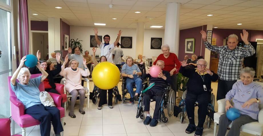 Une séance de gym douce à laquelle à l'évidence les seniors participent avec plaisir.