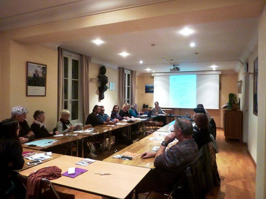 Réunion constructive des élus et des acteurs du tourisme local.