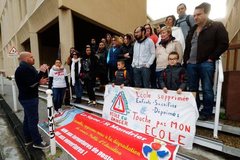 Une cinquantaine d'enseignants et de parents d'élèves de La Seyne étaient présents devant l'Inspection d'académie pour protester, notamment, contre le projet de fusion des écoles élémentaires seynoises Jules-Verne et Ernest-Renan.
