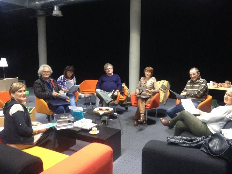 Les participants autour de Florence Carlini lors du rendez-vous mensuel « Bar à livres ».