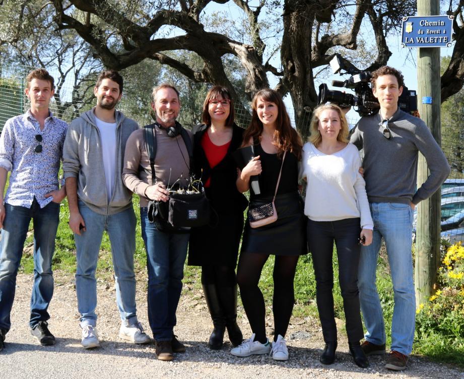 Sylvie Jenaly, alias Super Nanny, entourée de la maman Alexandrine et de l'équipe de tournage.
