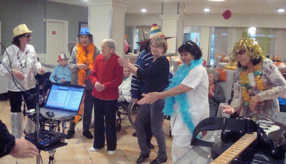 Plusieurs résidents ont dansé en l'honneur du carnaval.