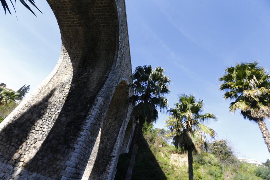 La victime s'est tuée en se jetant du pont Saint-Victor.