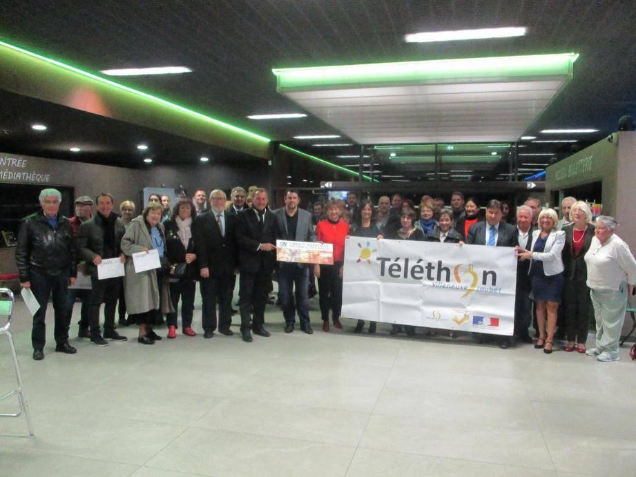 Autour de Lionnel Luca, maire de Villeneuve-Loubet, les représentants des associations ainsi que les élus du conseil municipal impliqués dans l'édition 2016 du téléthon ont remis à l'AFM un chèque de 21 408,40 euros.