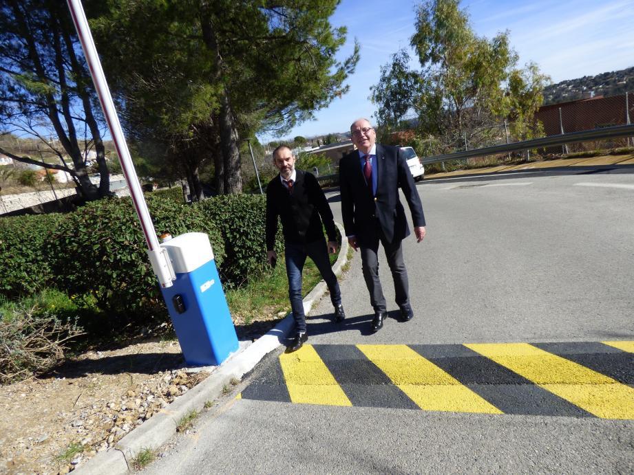 Jean-Pierre Robin, le principal du collège des Baous et le maire, Jean-Michel Sempéré devant l'une des barrières automatiques installées par le Département.