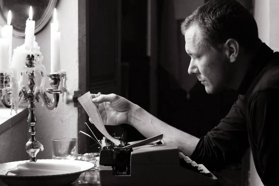 Adrien Rebaudo écrit, depuis chez lui à Monaco, environ trois vidéos par semaine.