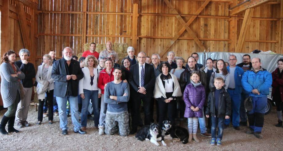 Tous les partenaires du projet aux côtés des agents et des responsables municipaux à la chèvrerie.