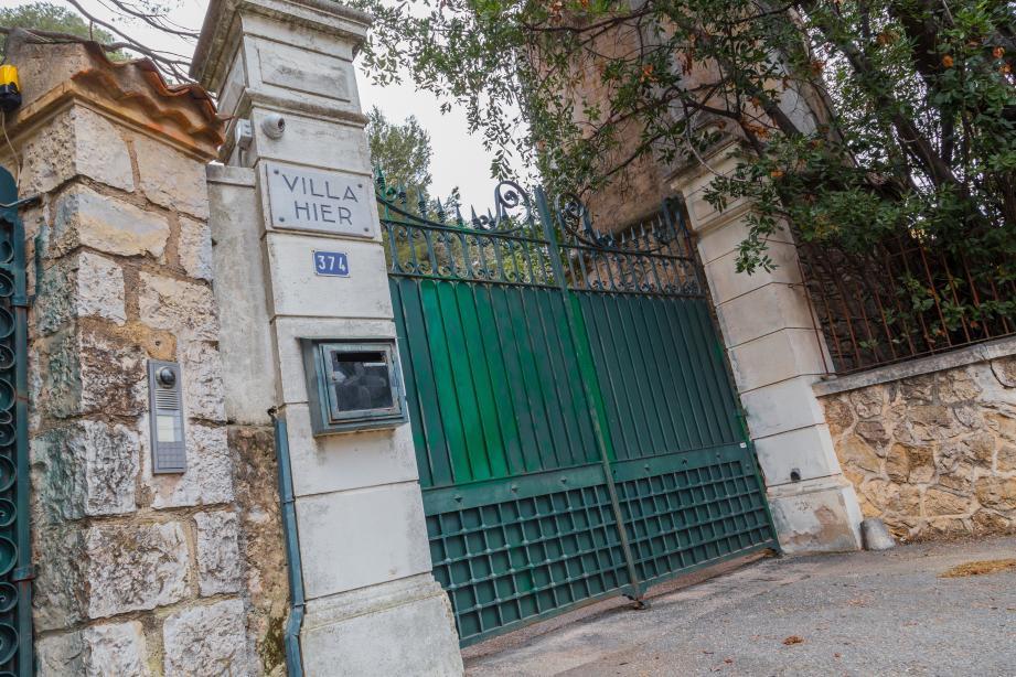L'entrée de la villa « Hier », l'une des propriétés perquisitionnées au Cap d'Antibes.