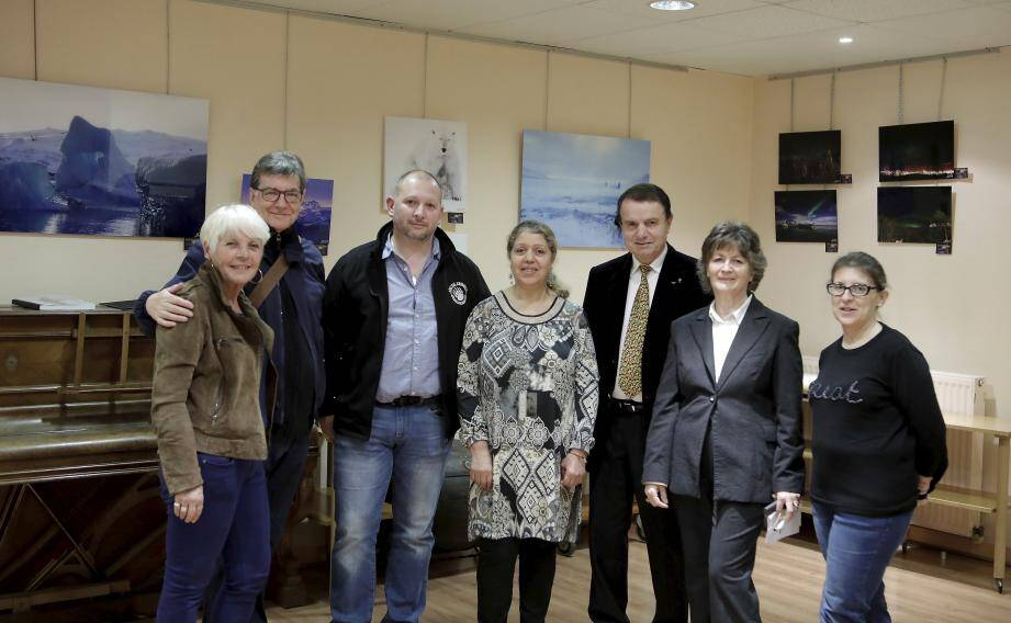 Les cinq artistes devant leurs œuvres avec la présidente de l'association Martine Pépin et Richard Conte, adjoint au maire de Villefranche, venu en visiteur.