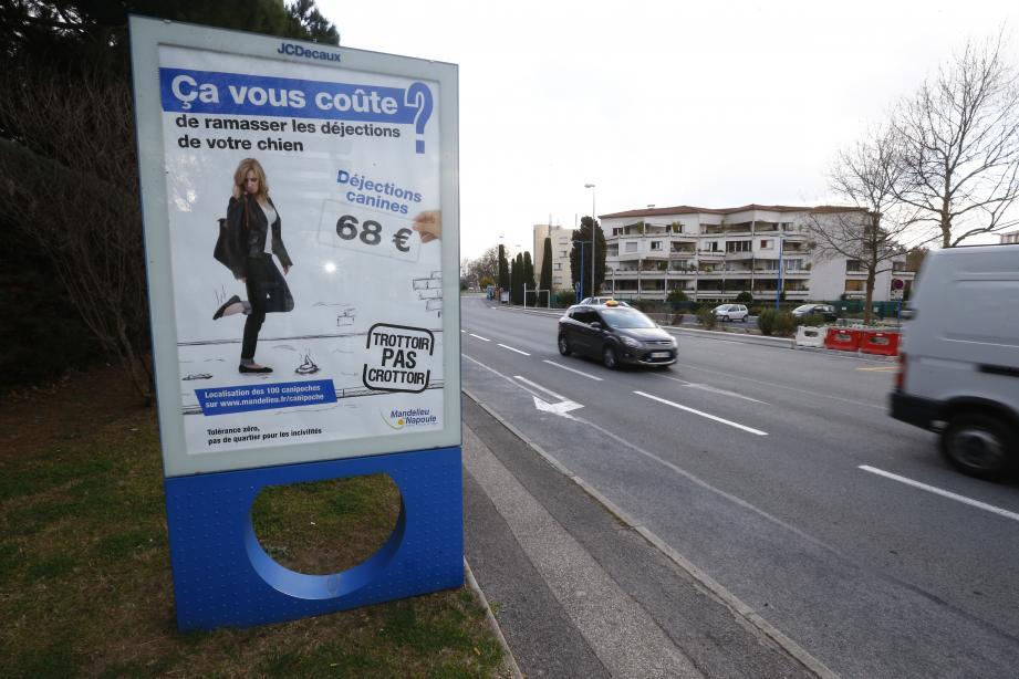 D'ici mi-avril, cette affiche (sur laquelle figure l'amende majorée, la première étant à 35 euros) va se déployer sur toute la commune.