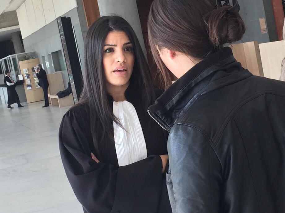 Me Mouna Jemali, partie civile, avec la jeune femme traumatisée, hier après-midi, à l'issue de l'audience au palais de justice de Grasse.