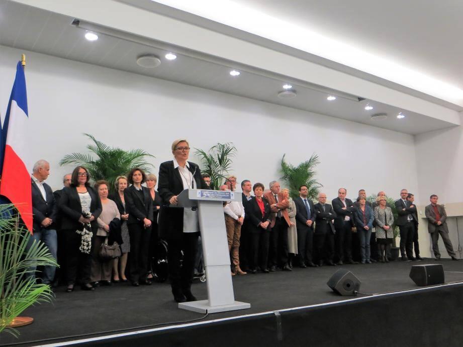 La députée-maire Michèle Tabarot, entourée de ses élus et chefs de service, a remis les médailles du travail à ses collaborateurs.