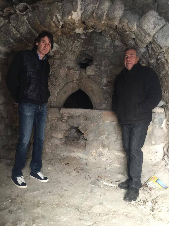 Le maire, Laurent Baudoin, et Mario Masseglia, son adjoint, présentent le four historique de la Coussière, qui va bientôt être remis en valeur .