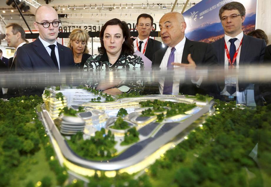 Emmanuelle Cosse devant le projet «Open Sky», présenté par Marc Daunis, sénateur et ancien maire de Valbonne.