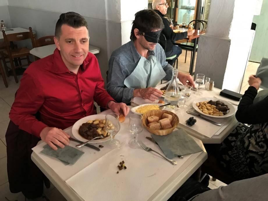 Sébastien (à gauche), non-voyant, a accompagné Nicolas dans sa dégustation « à l'aveugle ». Une première pour l'un, le quotidien pour l'autre.