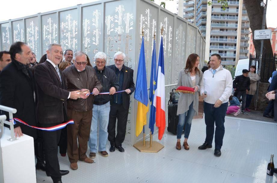 Symboliquement,  alors qu'il invitait les riverains à la réception de l'ouvrage, le maire Gérard Spinelli, a ouvert la voie en empruntant la nouvelle passerelle.