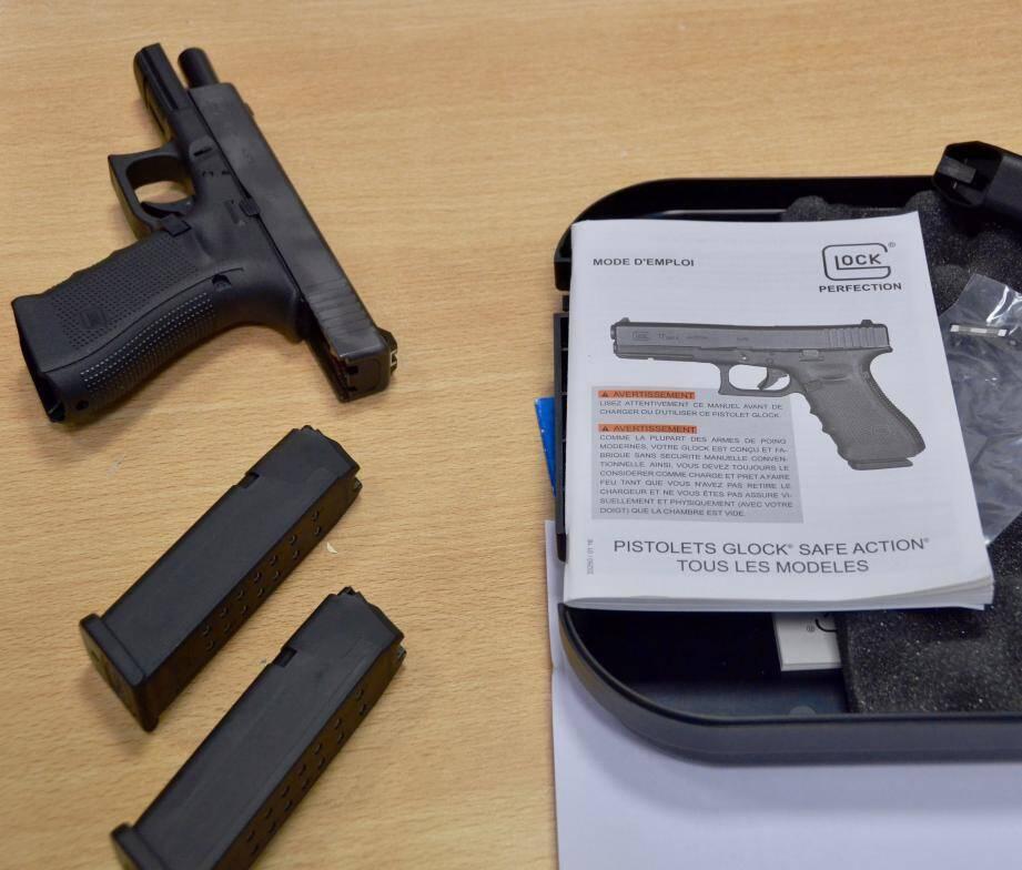 Le pistolet Glock 17 - 4e génération - calibre 9 mm, culasse et canon en acier anticorrosion, carcasse  en polymère et grip « RTF » (Rough Textured Frame), a été livré aux policiers avec ses deux chargeurs de 17 coups.