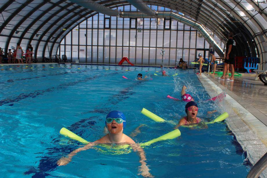 Les écoliers se familiarisent avec l'eau au cours de séances pédagogiques et ludiques.