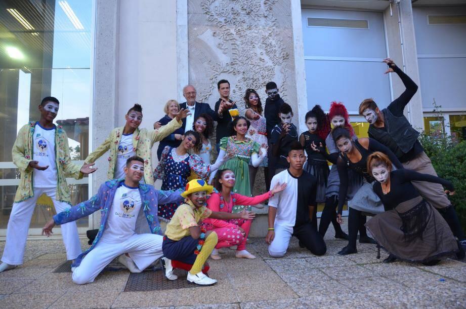 Le 30 avril 2015, une vingtaine de jeunes Brésiliens, âgés de 12 à 17 ans, issus de la troupe Ru'Arte, des protégés de Casa do Menor, ont dansé, chanté et mimé leur vie à La Turbie, à travers le spectacle « Laissez-nous rêver ».
