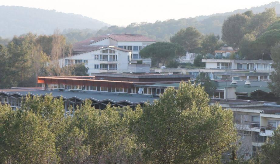 Le Centre international de Valbonne, est un collège-lycée avec classes préparatoires installé sur la technopole Sophia-Antipolis. Le centre d'hébergement compte une centaine de lits.