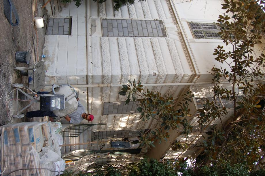 Les ouvriers sont à pied d'œuvre pour rendre impossible l'accès  à la villa.