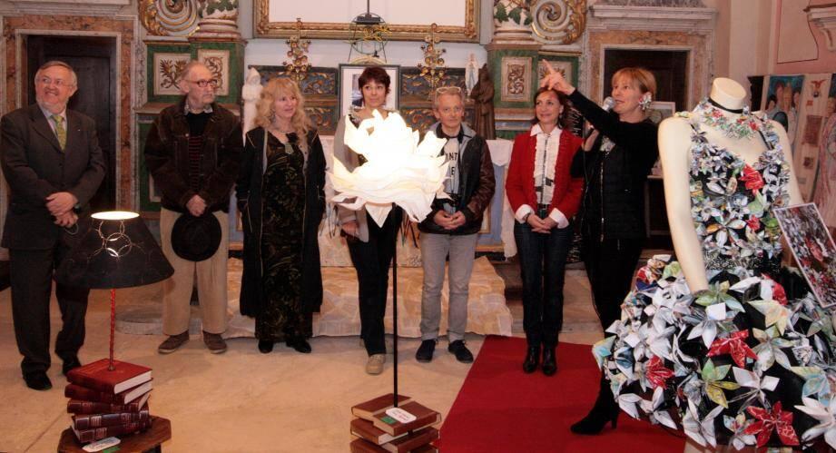 Corinne Reinsch, à gauche sur la photo, entourée d'artistes exposants et du maire Pierre Donadey présente les œuvres exposées visibles jusqu'au 26 mars dans la chapelle des Pénitents noirs.