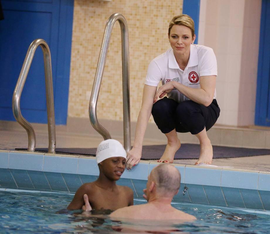 Autour d'un mannequin pour pratiquer, la princesse a enseigné, hier au gymnase de l'Annonciade, la façon de pratiquer un massage cardiaque.