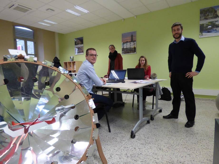 L'équipe d'Efisun autour d'un autre exemple d'application du solaire thermique à concentration : le barbecue solaire.