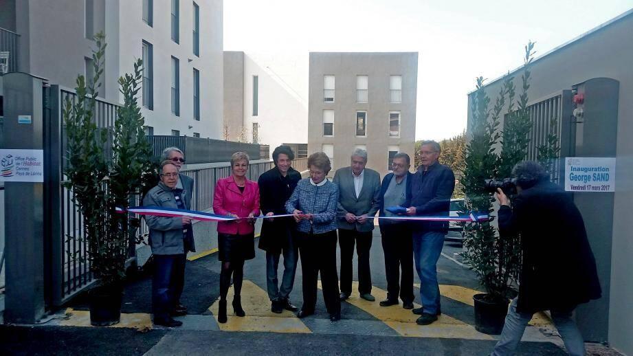 Elus et représentants de la ville, de l'office public de l'habitat, du Pays de Grasse et de l'Etat ont inauguré la nouvelle résidence George-Sand.