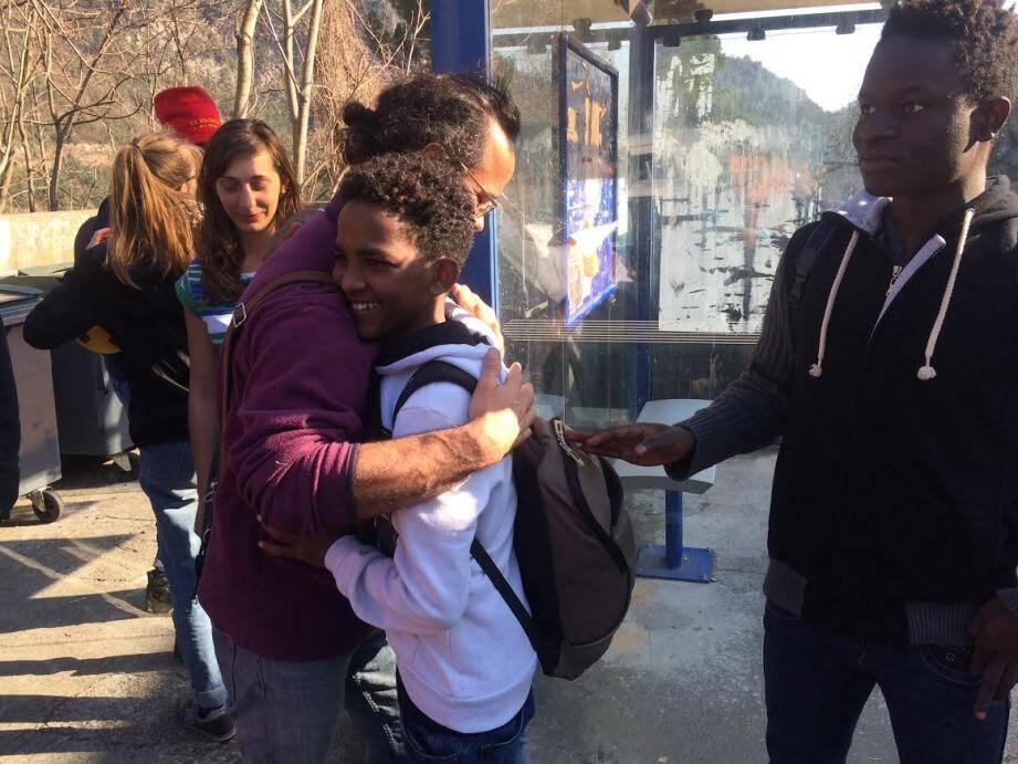 C'est le moment de se quitter. Après plusieurs heures d'attente à Breil-sur-Roya, quinze jeunes migrants ont été transférés dans un foyer à La Trinité.