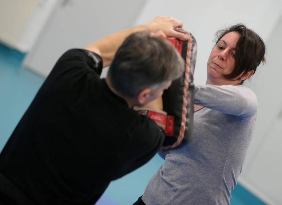 Asséner des coups là où ça fait mal, appréhender les techniques en cas d'étranglement ou de saisie à la nuque… Autant de gestes utiles enseignés à ces femmes, en cas d'agression.