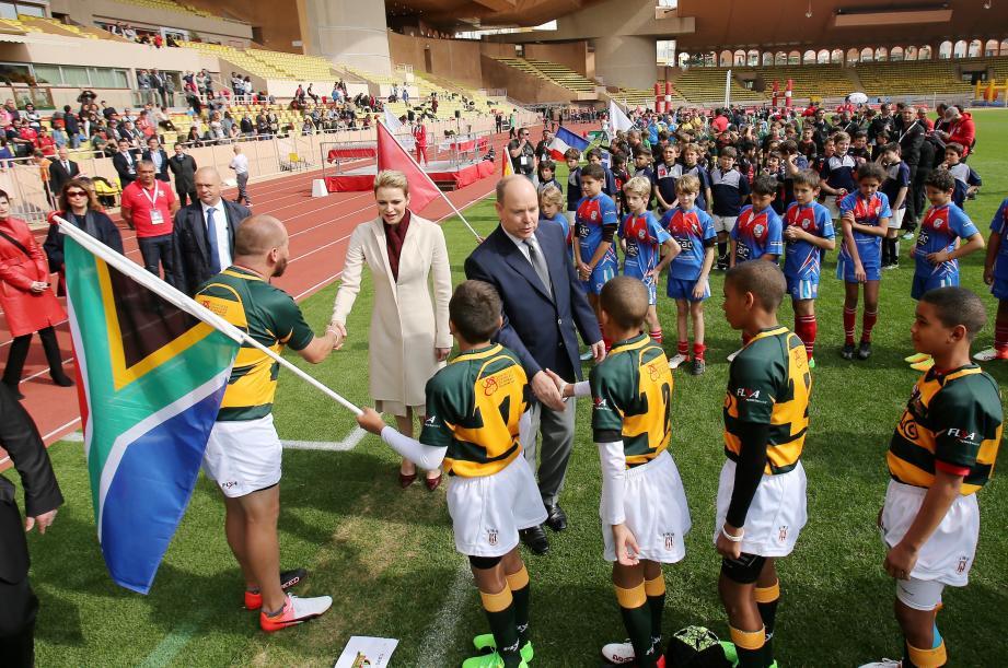 Le couple princier salue les jeunes joueurs avant le match. Les Monégasques se sont inclinés face aux Sudafricains 6-0.