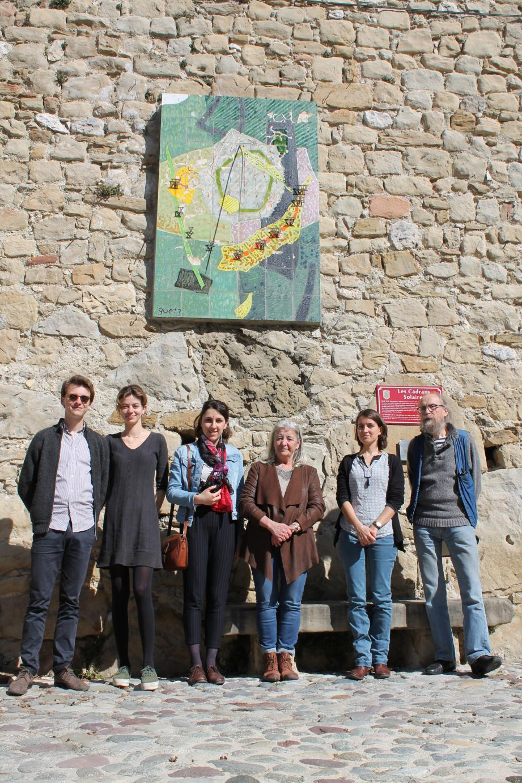 De gauche à droite : Hugo, Hana et Cindy, étudiants de Sciences Po Menton, sont allés à la rencontre du maire de Coaraze, Monique Giraud-Lazzari, de la conservatrice et restauratrice Magali Asquier et du délégué à la Culture du village, Alain Ribière, pour restaurer le cadran solaire imaginé par Goetz (photo).