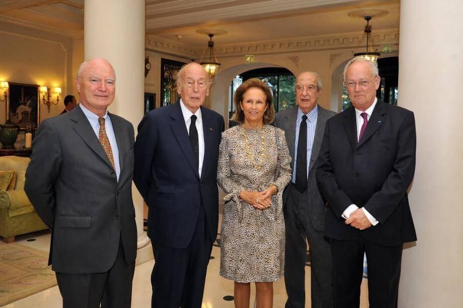 En 2015, le président Valéry Giscard d'Estaing avait déjà été l'invité Enrico Braggiotti, président de Monaco Méditerranée Foundation. Les deux hommes sont ici avec Patricia Husson, membre du conseil de la Couronne.