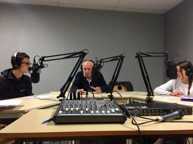 Mohamed, Mathilde et François Berléand, en pleine session de radio. A droite, le comédien partage sa passion du théâtre avec les lycéens des Eucas.