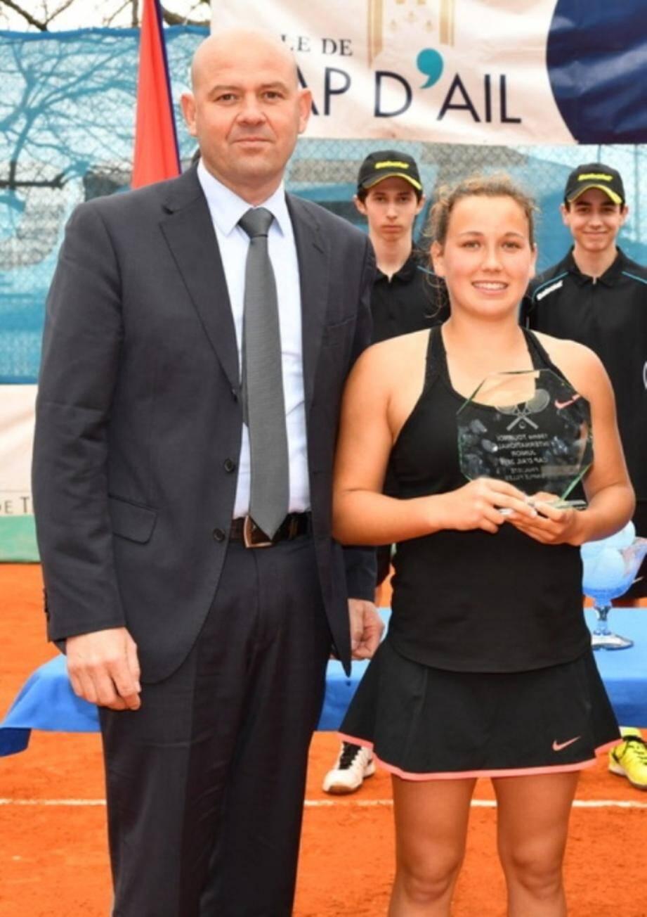 Gilles Frasnetti remet son trophée à la Suissesse Viena In-Albon, finaliste de la dernière édition.(DR)